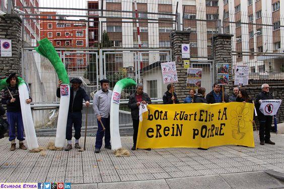 """Colectivos sociales y antimilitaristas reclaman que el cuartel militar de Soietxe, en Mungia, se destine """"a plantar puerros"""" 10/11/2016 #Bilbao http://bit.ly/2eNhlei Askapena, Baratzea Gatika, BBT, Berri-Otxoak, Eguzki, Ekologistak Martxan, Ernai, Kakitzat, KEM-MOC, Komite Internazionalistak y Errota Gaztetxea"""