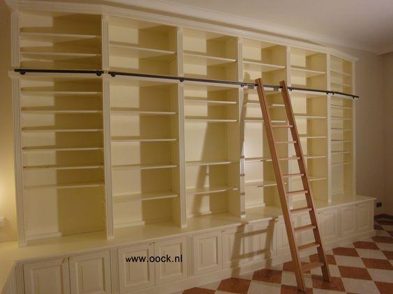 Boekenkast maatwerk klassiek. Houten ladder, dekkend gespoten kast ...