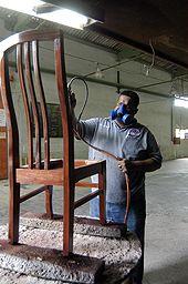 Darwin Beyries dándole el acabado a una silla