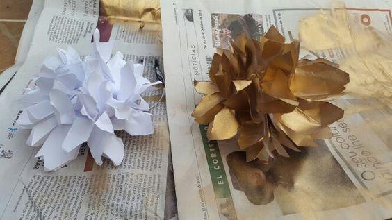 Flores de papel douradas com spray  I