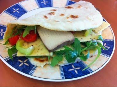 Zu Mittag füllte Petzi sich ihr selbstgebackenes Naan-Brot mit Hummus, Rucola, Tomaten, Paprika, veganem Käse und Räuchertofu.