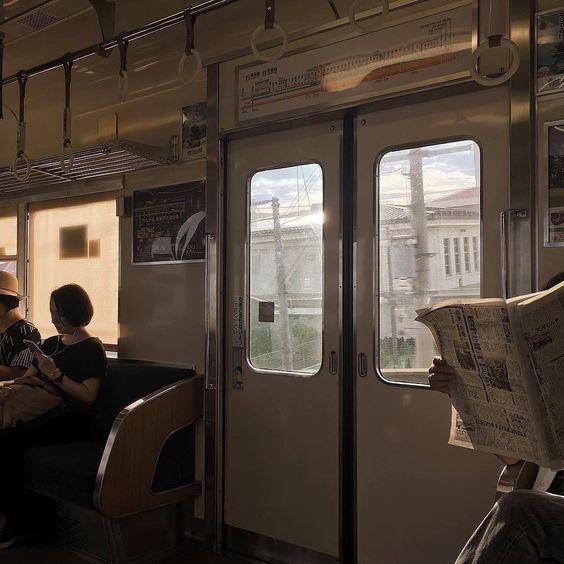 читающие пассажиры метро