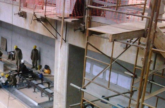 O trabalho em qualquer andaime acima de 2 m de altura só será permitido com o uso do cinto de segurança devidamente ancorado a uma estrutura resistente