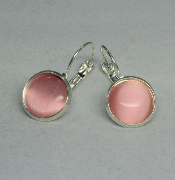 """Diese wunderschönen Ohrringe bestehen aus selbstgemachten Perlenschmuck, bei dem Brisuren mit wundervollen rosa """"Cat Eyes Cabochons"""" verarbeitet wurden."""
