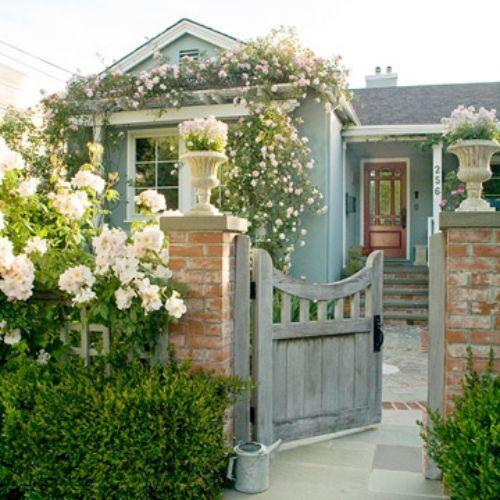 Gartengestaltung Im Vorhof Garten Am Eingang Rosen Fassadendeko Aussenwandfarbe Hauswand Bunte Hauser
