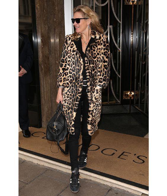 Sa façon d'être, de s'habiller, sa vie de rock star à deux cents à l'heure, sa discrétion, sa carrière exemplaire, son allure tantôt femme-enfant, tantôt femme fatale font fantasmer. Et pour cause, le mythe Kate Moss dépasse depuis toujours l'engouement suscité par tous les tops que l'histoire de la mode ait connu. Un style incroyable jamais égalé, charme adolescent nonchalant, brin d'innocence et attitude désinvolte qui ont forgé sa légende et ont fait d'elle une des plus grandes icônes de…