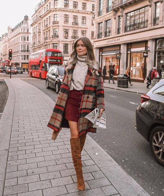 Look feminino - look fashion - look de outono - look de inverno - look com blusa gola alta - look com suéter - look com casaco xadrez - look com bota - look com saia - look com saia e bota - bota over the knee - bota caramelo