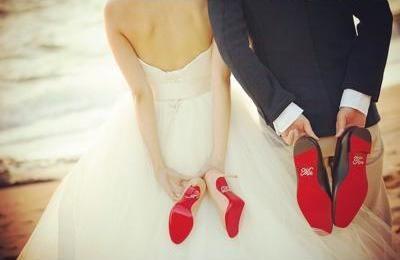 出典:http://zexy.net 『ブライダルシューズ』とは結婚式の時にウェディングドレスと合わせて履く靴のこと。 従来は「ドレスに隠れて見えないし・・・」とシンプルなレンタルのものを選ぶ女性が多かったようですが、最近はこだわったシューズを探す花嫁が増えているようです。 その理由の一つは、わざとドレスを捲り上げて足下を見せる写真を撮るのが流行っているから。 わざとでなくてもチラリと足下が見えた時に、こだわった靴を履いているととってもオシャレです。 そこで王道の白のブライダルシューズから、アレンジを加えたブライダルシューズ、普段履きの靴をブライダルシューズにしてしまったものなど、ぜひ足下に注目してほしい、オシャレなウェディングフォトをご紹介します! 1.『オープントゥ×真っ赤なネイル』 出典:http://ameblo.jp オープントゥの白いブライダルシューズから真っ赤なネイルを塗った足先が覗いているフォト。 ネイルの赤が、控えめながらしっかりとしたアクセントになっているオシャレな写真です。 2.『底が真っ赤なブライダルシューズ』 出典:https://locari.jp…