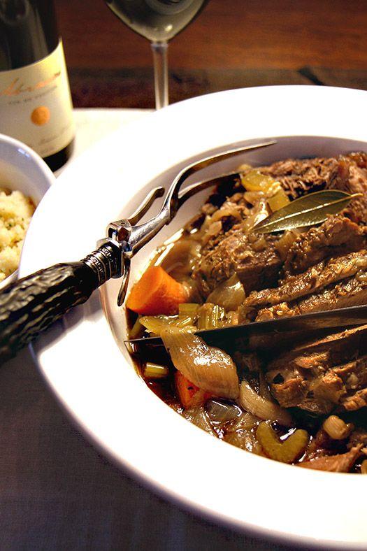 """Ha ido cambiando un poco en los últimos tiempos, pero en Colombia  se consume carne por montones. Aquí en California se consume menos, este es un lugar dónde se come más saludable, diría yo. Más vegetales, más pescado y todo lo muy fresco y orgánico, en la medida de las posibilidades.  Pero yo tengo que reconocer que me encanta y no puedo dejar de comer carne. Para ésta preparación, se usa un corte grueso que no es costoso. Aquí se conoce con el nombre de """"chuck""""."""