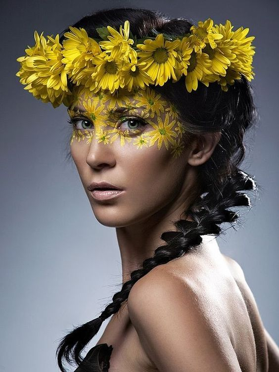 Floral makeup can be different. As in the truest sense - created using live flowers. As figuratively - with painted plants. All of these looks are very artistic. Yes, I again give: