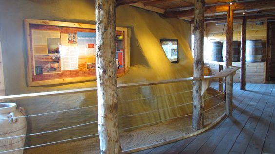 Nieuw in de Ark! Qumran, een vervallen nederzetting bovenop een rotsplateau in Israël: in de vorige eeuw heeft het er op z'n kop gestaan! In elf grotten in de buurt van deze nederzetting zijn de Dode Zee-rollen gevonden. Ontdek aan boord van de Ark hoe belangrijk deze boekrollen zijn!