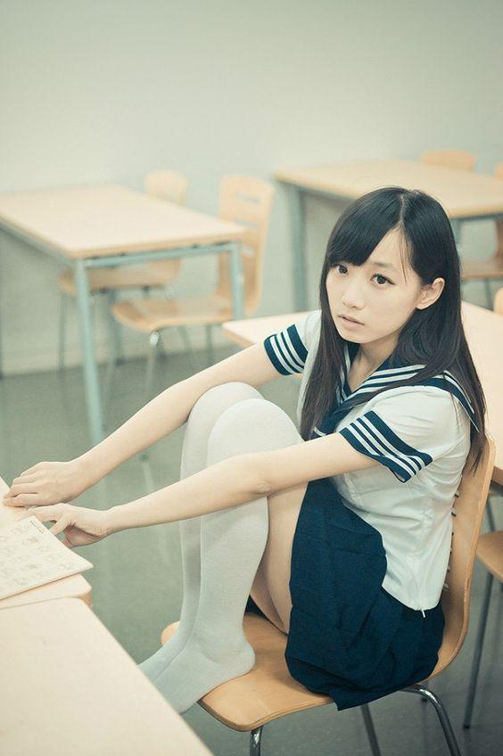#水手服 #制服美少女 腳翹高高坐在書桌前》#Cute #Girl #Pretty #Girls #漂亮 #可愛