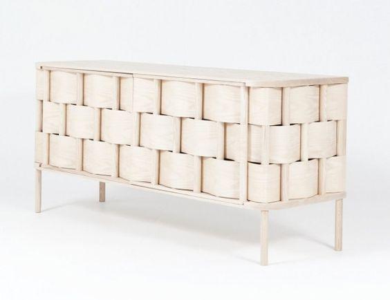 Weave Cupboard par Lukas Dahlén    Le designer suédois Lukas Dahlén a créé « Weave cupboard ». Il utilise un bois très commun et une mauvaise herbe pour réaliser une version agrandie d'une vieille technique de tissage autour d'une structure plus stable