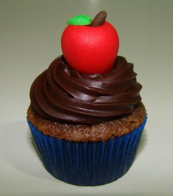Mini cupcake com maçãzinha em pasta americana, tema Branca de Neve.: