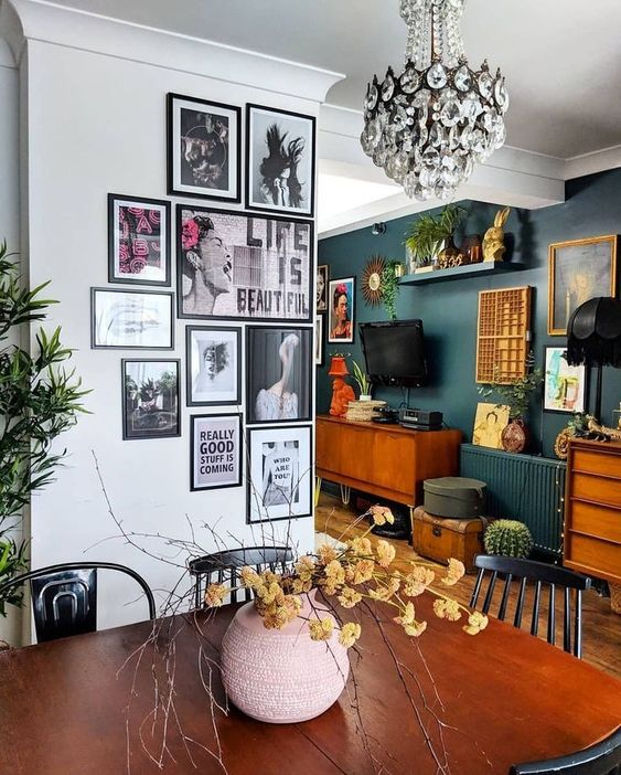 Decorate the walls with picture compositions