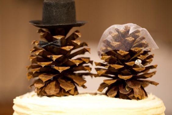 DIY Bois : cake topper / top cake en pommes de pin. Vous manquez d'idées pour agrémenter votre gâteau de mariage? Optez pour une déco authentique et naturelle : des pommes de pin. Trouvables facilement dans nos forêts landaises, cette ressource gratuite se décline à l'infini ! Ici des agréments pour les mariés ont été disposé : un chapeau haut de forme, un voile ainsi qu'une alliance. Très simple à réaliser, c'est la touche finale de votre dessert de mariage ! #diy #bois #mariage #wedding