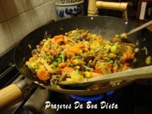 Legumes diversos, cenoura, abobrinha, couve flor, ervilhas, tauge com frango, um sabor especial. Receita completa http://www.prazeresdaboadieta.com