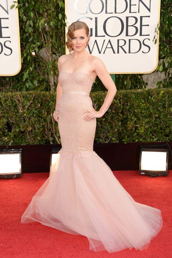 Amy Adams en los Globos de Oro 2013:  Vestido color nude con forma de sirena, firmado por  Marchesa.