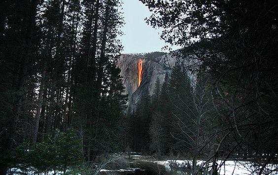 La cascada llamada Horsetail o cola de caballo, que fluye desde casi 500 metros de altura en el Parque Nacional de Yosemite, California.: