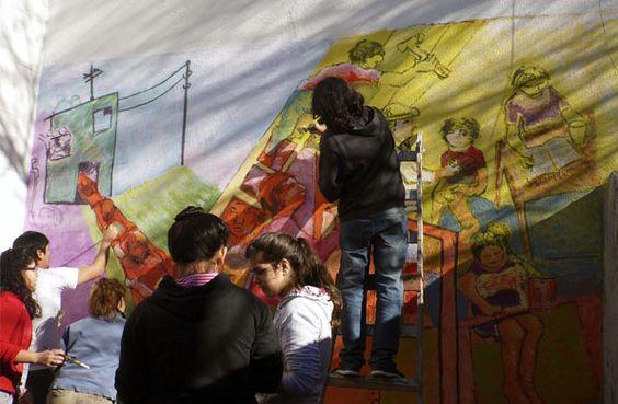 """La Convocatoria Nacional de Murales Colectivos llegó a Villa Mitre Las actividades se desarrollaron en el """"Centro de Acción Social Abriendo Caminos"""" de ciudad de Buenos Aires. Vecinos de la comunidad plasmaron en el mural los valores de la organización y el trabajo solidario."""