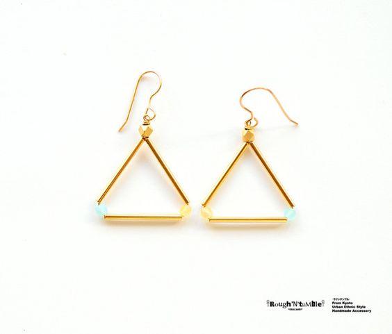 ゴールドのチューブパーツを使用し、三角形でつなげたピアスです。こちらは2014年の春夏限定カラーです。チューブの間にはカラフルなビーズを配し、シンプルですがイ...|ハンドメイド、手作り、手仕事品の通販・販売・購入ならCreema。