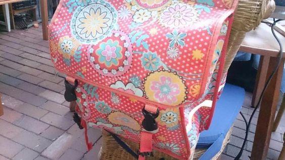 Ich verkaufe hier meine rot bunten geblümten Satteltaschen fürs Fahrrad.Die Satteltasche(n) sind gebraucht, nicht defekt, super praktisch.Sie werden unten mit Laschen und Klett auf dem Gepäckträger befestigt. Der Gepäckträgerbügel ist dann leider nicht mehr nutzbar, dafür gibt es ne ganze Menge Stauraum. Der Preis ist 15 Euro VB. Handy : 01787560325