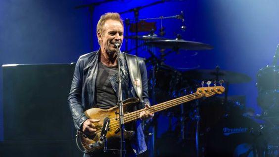 """Sting während eines Konzerts mit Peter Gabriel (2016)-Die zweite Single aus Stings neuem Album """"57th and 9th"""" ist ein Tribut an Prince, David Bowie, Glenn Frey und Lemmy Kilmister.  In der britischen Musiksendung """"Later… with Jools Holland"""" stellte Sting am Sonntag (18. September) seinen neuen Song """"50.000"""" vor."""