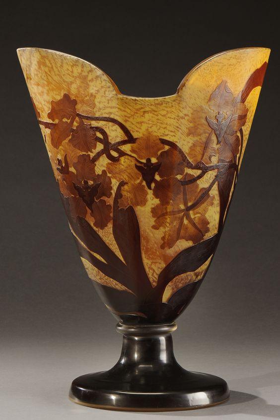 Émile GALLÉ (1846-1904) Important vase en verre multicouche à décor dégagé à l'acide de fleurs et feuillages, brun sur fond marbré brun clair Signé et étiquette Émile Gallé, Nancy Paris H. 41 cm: