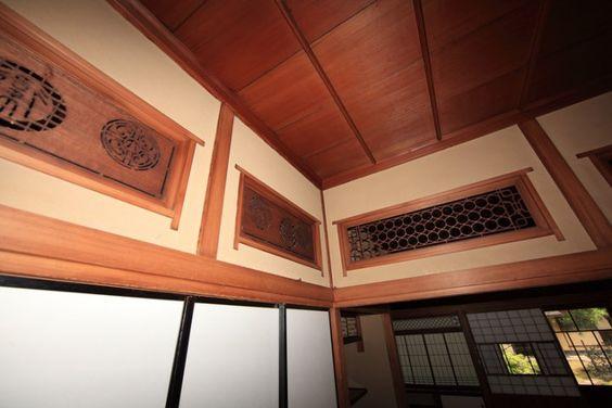 Ranma são painéis encontradas acima shoji ou fusuma que são projetadas para deixar a luz em salas. Na maioria das vezes são feitas de madeiras ornamentadas ou são iguais o shoji.