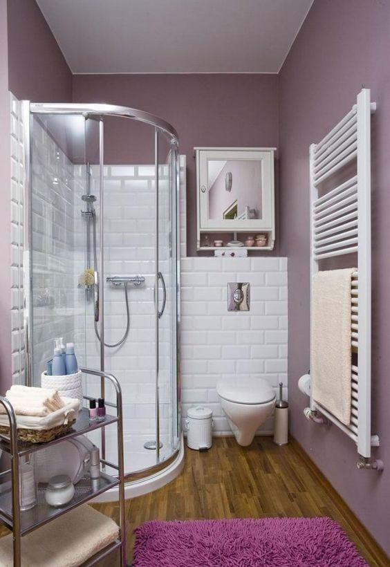 aménagement salle de bain avec une douche à l'italienne et parquet flottant