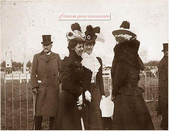 Donne all'ippodromo delle Cascine di #Firenze nel 1898, e l'uomo serio e maestoso fa finta di nulla.