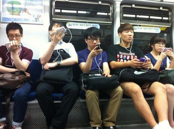 Không nên tập trung vào điện thoại và quên hết xung quanh nhé