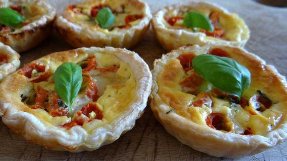 – Pour clôturer le «repas d'anniversaire» de ma maman, je vous présente les tartelettes de tomates, mozzarella & basilic que j'ai réalisé pour l'…