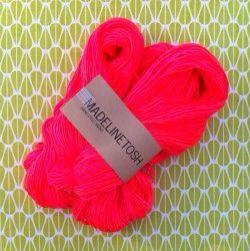 #breien #knitting #garen #yarn #madelinetosh  Op zoek naar mooie garens kocht ik, tijdens een online-garen-shopsessie dit mooie garen van Madelinetosh. Lees meer op mijn Freubelweb blog  On my quest for beautiful yarns I bought this Madelinetosh merino yarn. Read more about it on my blog  http://www.freubelweb.nl/blog/josebianca/prachtig-neon-garen-voor-een-speciaal-project/