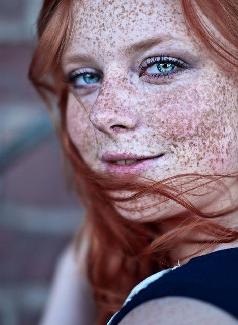 La jeune fille avec les taches de rousseur la rousse