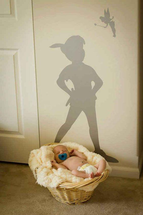 Pega una calcomanía de la sombra de Peter Pan en la pared.