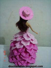 Bom Dia!        Hoje estou compartilhando mais uma linda boneca com vestido de EVA.        Para confeccioná-la usei o frisador de pétal...