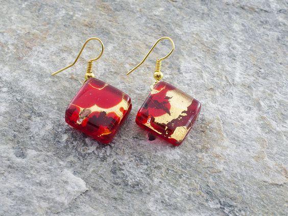 Orecchini con pendente a rombo, in vetro di Murano originale.  Colore rosso su foglia d'oro.   Materiale anallergico (NICKEL FREE)