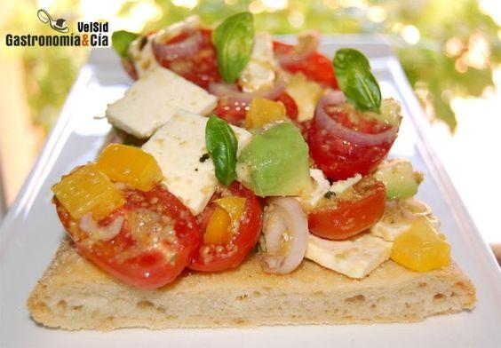 Coca de tomate cherry, aguacate y queso