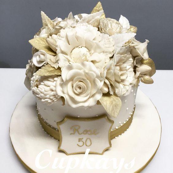 Bolo florido dourado e branco para comemorar 50 anos !