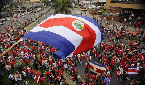 Costa Rica celebra la el gane a Italia en el Mundial de fútbol