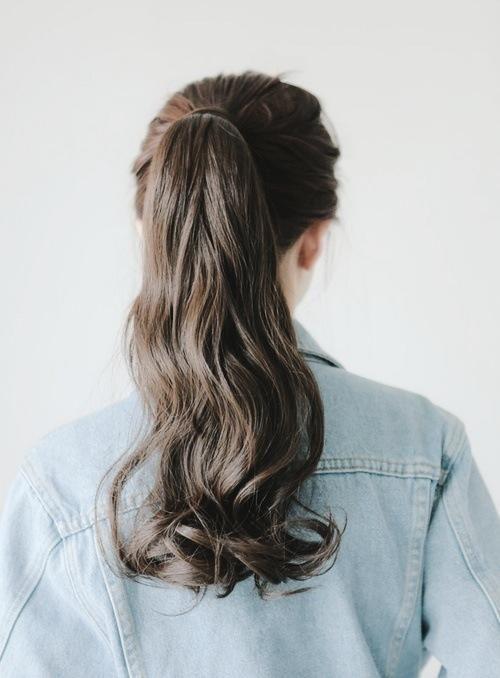 Buộc tóc xoăn đuôi cao