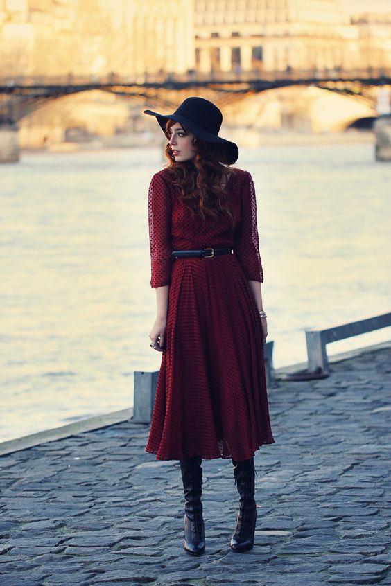 Louise Ebel (Miss Pandora) dans une robe rouge très année 40
