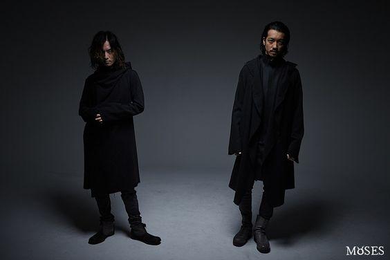 ウールガウンを着用した薫(DIR EN GREY)と金子ノブアキ(RIZE)。