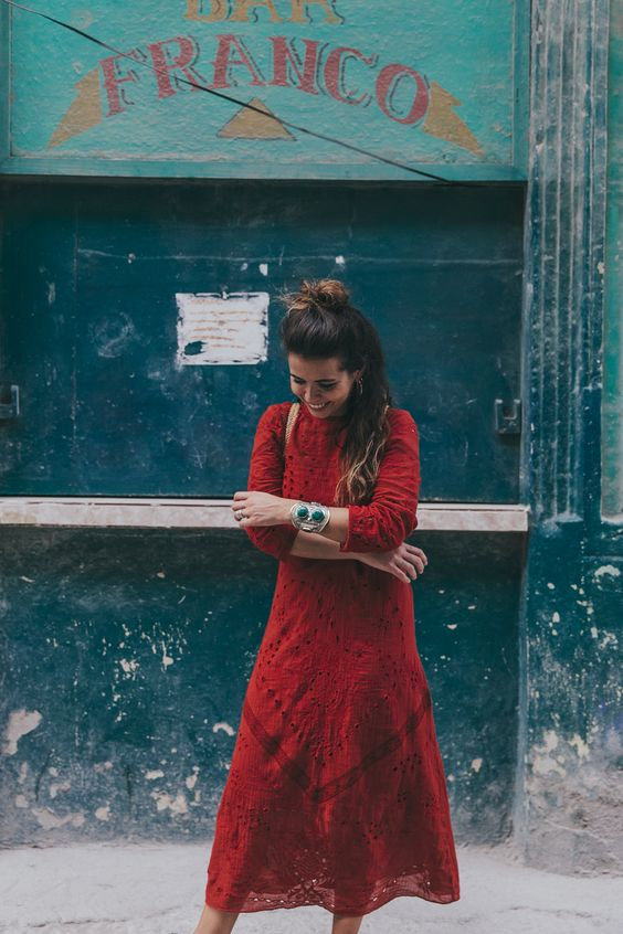 Cuba-La_Habana_Centro-Red_Dress-PomPom_Sandals-Backpack-Sreetstyle-Half_Knot_Hairstyle-Outfit-12
