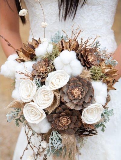 Ideas para bodas rústicas o country weddings. Ramo de novia con rosas, suculentas disecadas que parecen madera, y copos de algodón.: