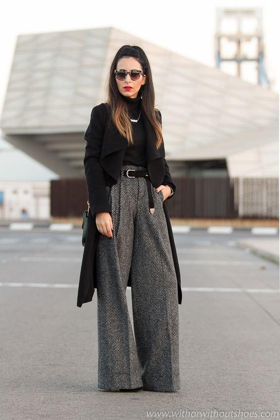 Total Look Zara urbano chic con pantalones anchos tipo palazzo de espiga jersey de cuello alto y abrigo negro con maquillaje labios rojos