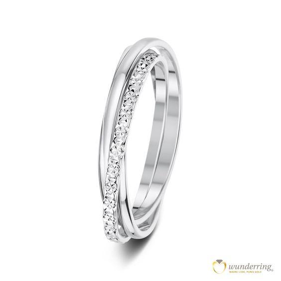 Ehering/Trauring Montoro Nr 1 aus 750er/18 Karat Weißgold bestehend aus drei ineinander verschlungenen Ringen. Ein Ring mit Diamanté-Effekt.  Jetzt als Musterrringe testen! #Hochzeit #französischesdesign