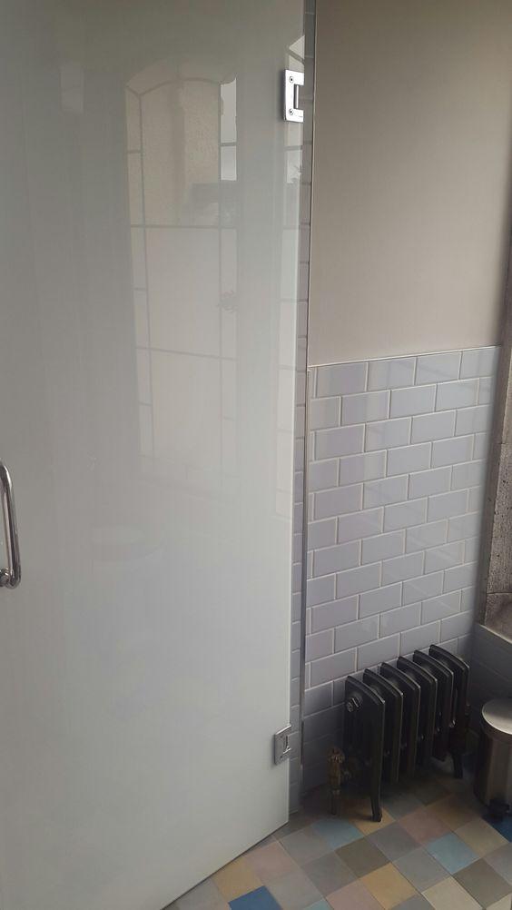 Pale grey subway tiles, cream wall, glossy door
