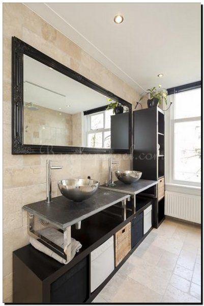 Landelijk en modern barok. dat is de sfeer van deze badkamer met de zwarte barok spiegel. Spiegel te bestellen bij https://www.barokspiegel.com/venetiaanse-spiegels/barok-spiegel-adriane